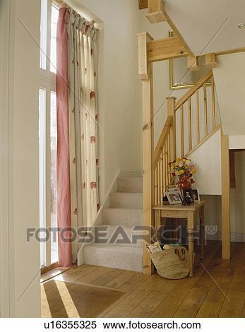 Stock afbeelding grijze tapijt op open houten trap in hippe witte zaal u16355325 - Trap meubilair kind ...