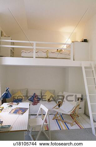 Stock foto hippe witte studio flat met mezzanine slaapkamer u18105744 zoek foto 39 s - Bed kind met mezzanine kantoor ...