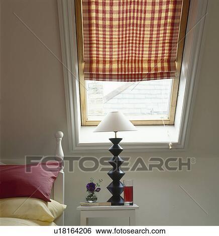 Archivio di immagini nero lampada con bianco ombra - Letto sotto finestra ...