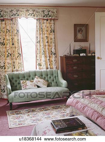 archivio fotografico - pallido, verde, buttoned, divano, davanti ... - Divano Davanti Finestra