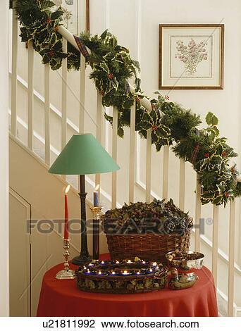 stock foto weihnachtsgirlande auf treppenaufgang oben gr ne lampe und dekorationen auf. Black Bedroom Furniture Sets. Home Design Ideas