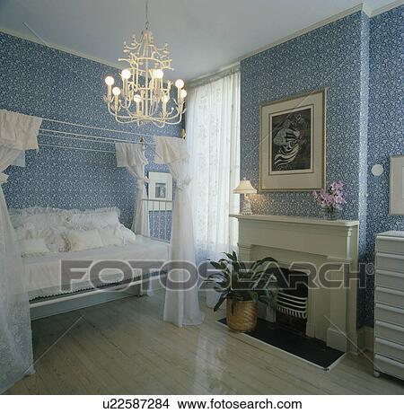 chandelier, inn, soverom, med, bl?, floral, tapet, og, hvit, seng, og ...