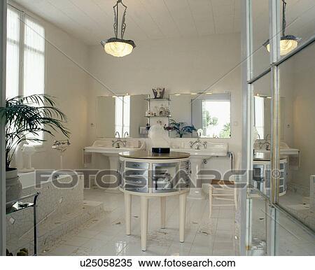 Stock bild wei spiegel und mosaikfu boden in thirties style wei badezimmer mit - Badezimmer tisch ...
