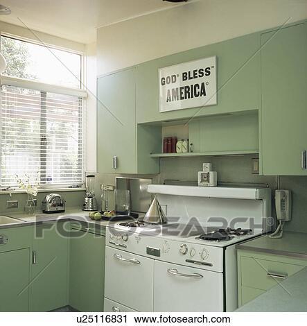 banques de photographies blanc gamme four dans pastel vert moderne cuisine u25116831. Black Bedroom Furniture Sets. Home Design Ideas