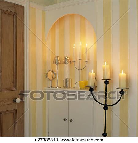 stock foto gro kandelaber mit angez ndet kerzen in badezimmer mit gelb gestreifte. Black Bedroom Furniture Sets. Home Design Ideas