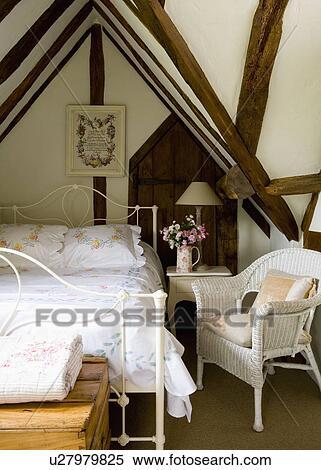 Banque d 39 image blanc osier fauteuil et blanc fer lit dans grenier petite maison - Fauteuil de chambre a coucher ...