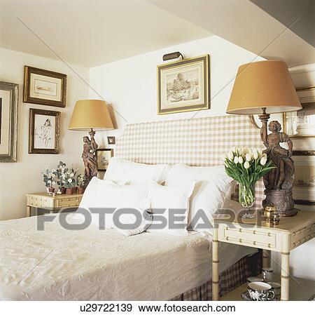 Archivio fotografico controllato tappezzato testata letto letto con bianco cuscini in - Letto con cuscini ...