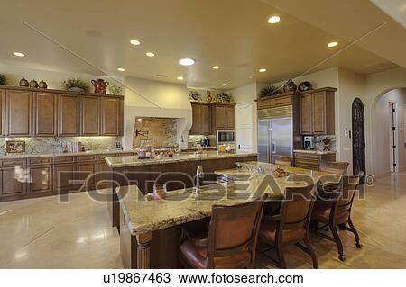 banque de photo moderne compteur chaises dans cuisine de luxe manoir u19867463. Black Bedroom Furniture Sets. Home Design Ideas