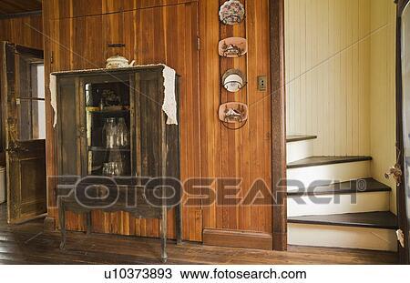 Stock foto antieke kleermaker met oud melk bottelt in de keuken van een oud canadiana - Keuken oud land ...