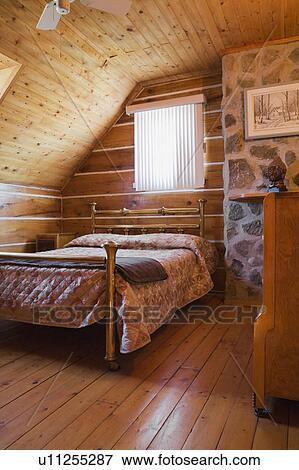 bild antikes messing bett und kommode in ein oben schalfzimmer in a 1978. Black Bedroom Furniture Sets. Home Design Ideas