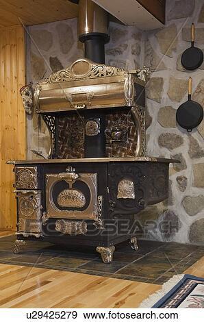Archivio fotografico ottone antico letto e credenza for Architettura in stile cottage