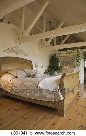 Banque d 39 image bois tra neau lit et ameublement for Agrandissement maison grenier