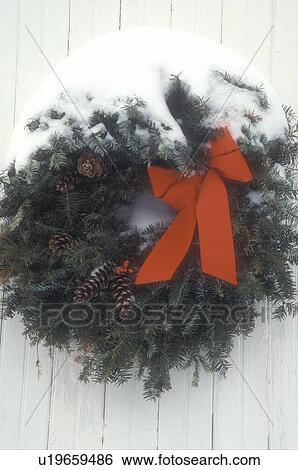 stock bilder adventskranz nahaufnahme kr nze schleife schleifchen rot feiertag deko. Black Bedroom Furniture Sets. Home Design Ideas