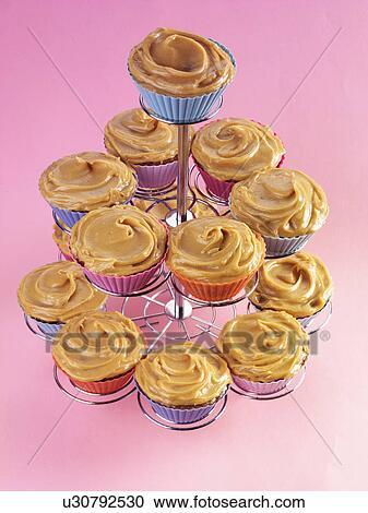 stock fotografie kuchen standplatz voll von karamell toffee cupcakes mit butter creme. Black Bedroom Furniture Sets. Home Design Ideas