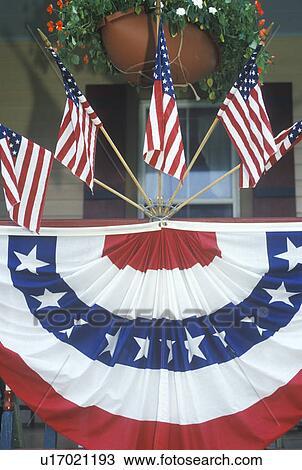 Stock foto amerikaanse vlaggen en gors tap op veranda van huis u17021193 zoek - Beelden van verandas ...