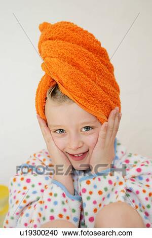 Banco de fotograf as ni a llevando albornoz y toalla alrededor pelo manos en mejillas - Albornoz nina ...