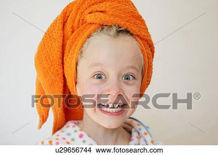 Colecci n de foto ni a llevando albornoz y toalla alrededor pelo mirar espantado - Albornoz nina ...