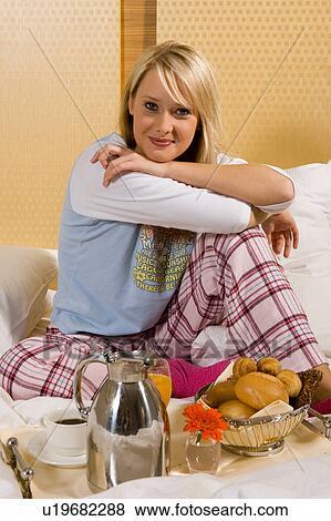 images jeune fille avoir petit d233jeuner dans lit dans