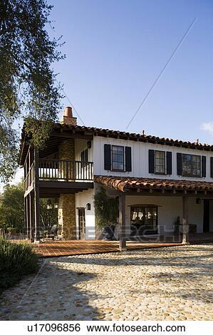 Archivio di immagini esterno di stile spagnolo casa for Camino esterno in stile spagnolo