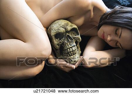 joven desnudo caucásico