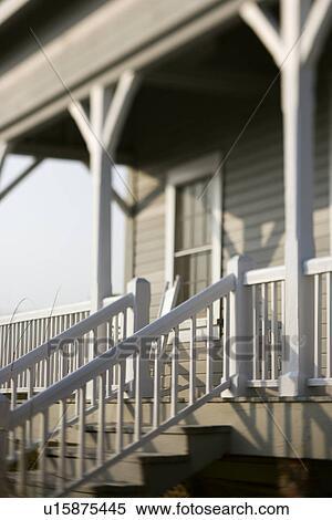 Archivio immagini entrata anteriore a casa con porch for Disegni cottage portico anteriore