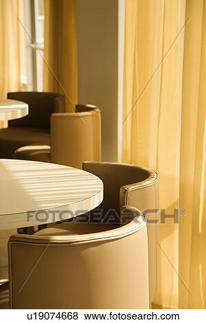 Immagini riscaldare toned tavola e sedie vicino for Tavola e sedie