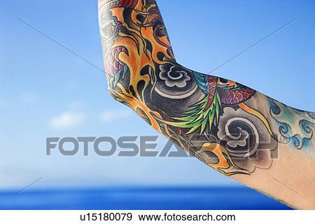 stock fotograf nahaufnahme von t towierte frau arm mit pazifischer ozean in. Black Bedroom Furniture Sets. Home Design Ideas