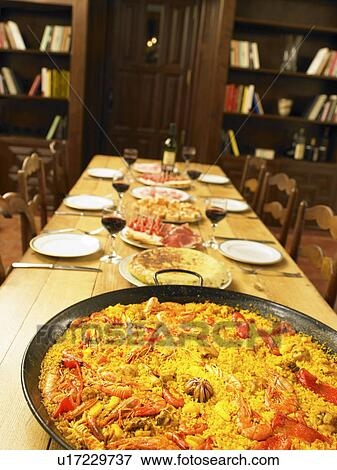 image grand plat de paella fruits mer sur table haute u17229737 recherchez des photos. Black Bedroom Furniture Sets. Home Design Ideas