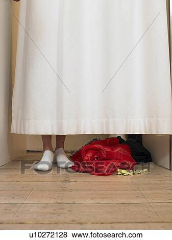 bilder frauenansehen hinter vorhang in umkleideraum niedriger abschnitt u10272128 suche. Black Bedroom Furniture Sets. Home Design Ideas
