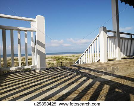 Archivio immagini vista di spiaggia da veranda con for Disegni ponte veranda