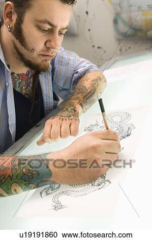 Archivio fotografico artista tatuaggio disegno - Tavolo luminoso per disegno ...