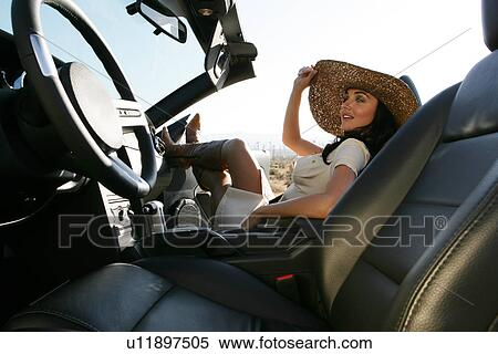 banque d 39 image mode jeune femme s ance voiture jambes haut u11897505 recherchez des. Black Bedroom Furniture Sets. Home Design Ideas