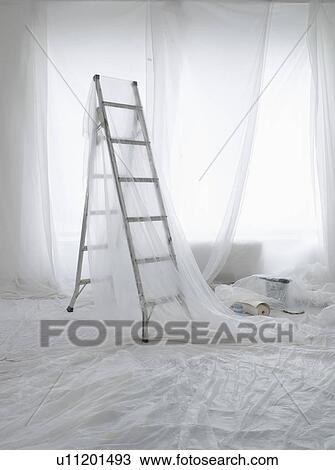 stock foto leeres zimmer bedeckt in durchsichtig staub bl tter vorbereitet f r gem lde. Black Bedroom Furniture Sets. Home Design Ideas