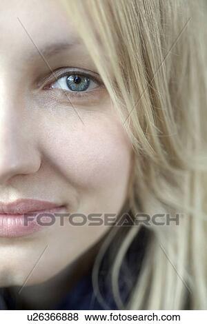 bilder halbes gesicht von l cheln blond frau mit blaue augen u26366888 suche. Black Bedroom Furniture Sets. Home Design Ideas