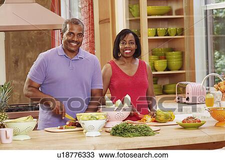 Colecci n de foto retrato de un pareja madura se for Maduras en la cocina