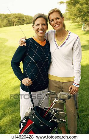 images portrait de a mi adulte femme et a m r femme tenue clubs golf u14620428. Black Bedroom Furniture Sets. Home Design Ideas
