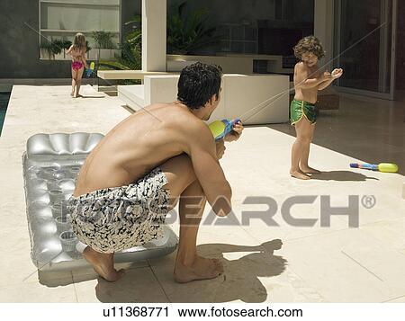 stock fotografie vater spritzen wasser auf seine son u11368771 suche stockfotos fotos. Black Bedroom Furniture Sets. Home Design Ideas