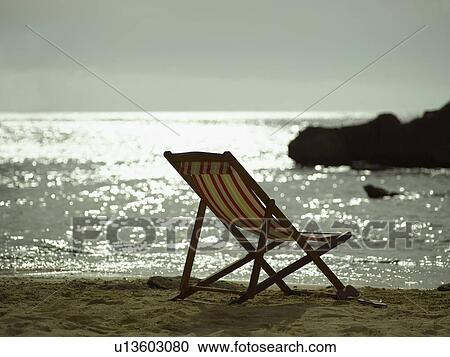 Banques de photographies chaise pliante plage u13603080 for Relax plage pliante