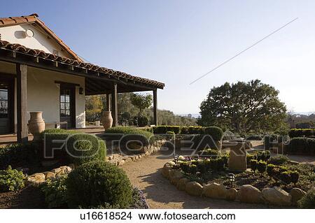 Archivio fotografico stile spagnolo esterno e for Camino esterno in stile spagnolo