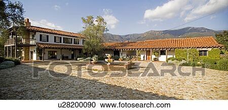Archivio fotografico esterno di stile spagnolo casa for Camino esterno in stile spagnolo