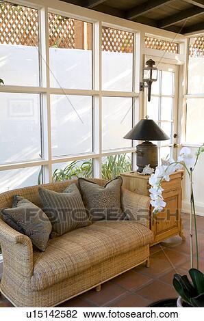 archivio fotografico - divano, davanti, finestra u15142582 - cerca ... - Divano Davanti Finestra