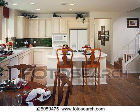 stock bild traditionelle kueche mit insel und e tisch u26059475 suche stockfotos. Black Bedroom Furniture Sets. Home Design Ideas