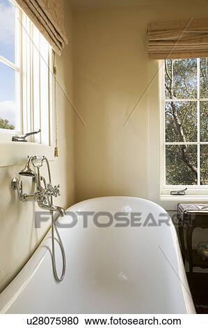 banques de photographies pied griffe baignoire et chrome robinet u28075980 recherchez. Black Bedroom Furniture Sets. Home Design Ideas