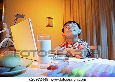 bilder junge schneiden grimasse schreibtisch mit laptop u26972448 suche stockfotos. Black Bedroom Furniture Sets. Home Design Ideas