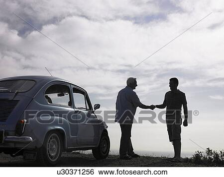 uomo cerca uomo di colore clip auto