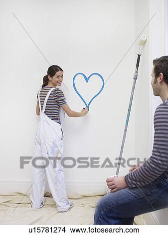 banque de photo jeune femme peinture c ur sur mur u15781274 recherchez des images des. Black Bedroom Furniture Sets. Home Design Ideas