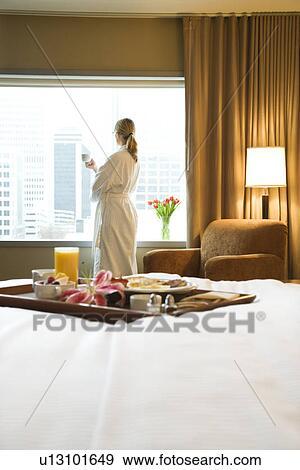 Colecci n de fotograf a bandeja de desayuno cama con mediados de adulto mujer en fondo - Bandeja desayuno cama ...