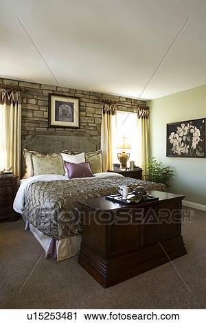 Arkivfotografi   herre, soverom, med, stor, seng, og, stein vegg ...