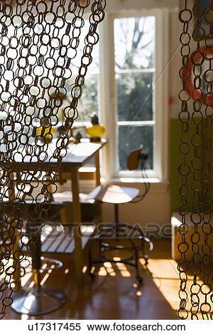 banque d 39 image grand chaise bureau et bureau devant fen tre derri re anneau rideau. Black Bedroom Furniture Sets. Home Design Ideas
