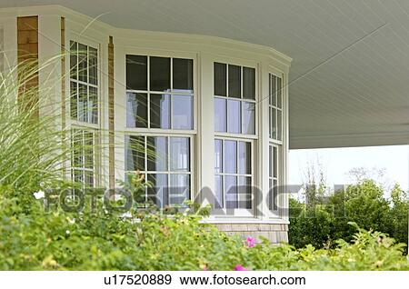 banque de photographies vue ext rieure de fen tre en saillie de bardeau style maison. Black Bedroom Furniture Sets. Home Design Ideas